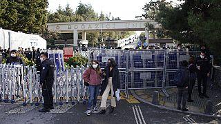 Boğaziçi Üniversitesi kampüsünün ana girişinden bir kare.