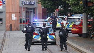 Policiers sur les lieux de l'attaque qui s'est produite à Wurtzbourg, en Allemagne, le 25 juin 2021