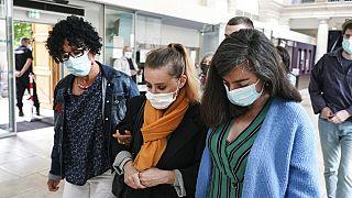Η κατηγορούμενη Βαλερί Μπακό φτάνει στο δικαστήριο συνοδεία συγγενών
