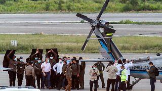الرئيس الكولومبي إيفان دوكي يسير محاطًا بحراسه الشخصيين بالقرب من المروحية الرئاسية في مدرج مطار كاميلو دازا الدولي بعد أن تعرضت لإطلاق نار في كوكوتا، كولومبيا، 25 يونيو 2021