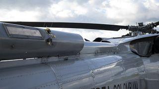 Sono ben visibili i danni causati dai proiettili all'elicottero di Duque.