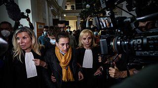 تغادر فاليري باكو محكمة شالون سور ساون، في حضن الأقارب والمحامين، وسط شرق فرنسا، 25 يونيو 2021