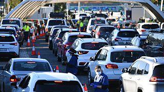 """Embouteillage devant un """"drive test"""" Covid-19 à Sydney le 25 juin"""