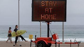 Região de Sydney volta a fechar-se totalmente para travar a Covid-19