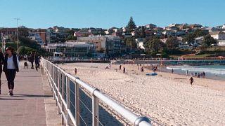 Nur wenige Menschen verloren sich am Bondi Beach. Es herrscht Ausgangsverbot