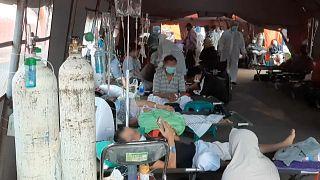 مرضى كوفيد-19 داخل خيام في إندونيسيا