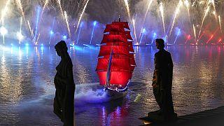 """""""Voiles écarlates"""" : à Saint-Pétersbourg, une fête traditionnelle honore les jeunes diplômés"""