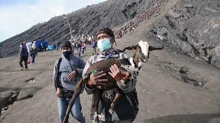 الآلاف يتسلقون بركانا لتقديم الأضاحي في طقوس تقليدية إندونيسية