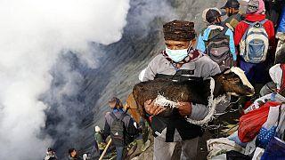 Un hombre hace una ofrenda en el cráter del Monte Bromo
