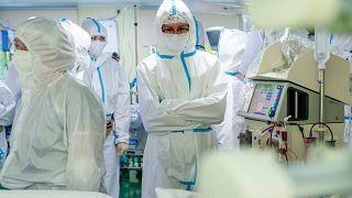 Des médecins russes au chevet d'un malade du Covid-19, le 17juin 2021