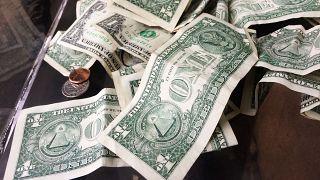 دولارات على طاولة