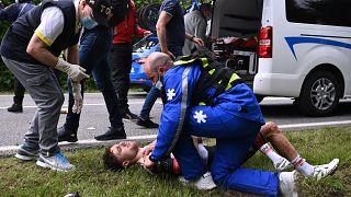 Der Fahrer Marc Hirschi wird nach seinem Sturz medizinisch behandelt.