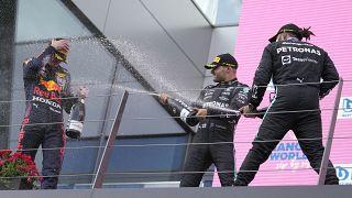 По традиции победителя обливают шампанским