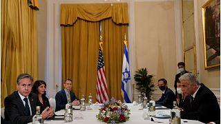 وزير الخارجية الأميركي أنتوني بلينكن خلال لقائه نظيره الإسرائيلي يائير لابيد
