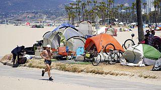 """Ein Jogger zieht seine Runden am Strand von Venice Beach, der auch durch den Sportplatz """"Muscle Beach"""" bekannt geworden ist"""