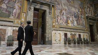 وزير الخارجية الأمريكي أنطوني بلينكين يزور قاعة ريجيا قبل لقائه مع البابا فرانسيس في الفاتيكان، يوم الإثنين 28 يونيو 2021.