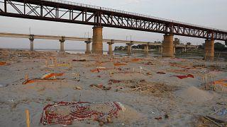 Cuerpos de víctimas de la COVID-19 afloran junto al río Ganges debido a la acción de las inundaciones provocadas por las lluvias monzónicas