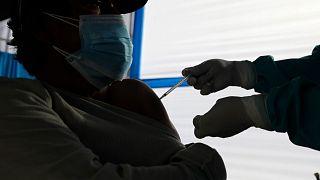 Un trabajador sanitario inocula a un hombre una dosis de la vacuna COVID-19 de Pfizer, en Arequipa, Perú, el sábado 26 de junio de 2021.