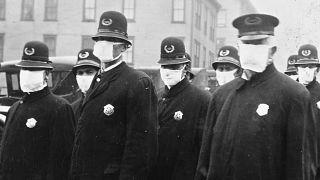 Policías en Seattle con máscaras hechas por la Cruz Roja, durante la pandemia de 1918. Diciembre de 1918.