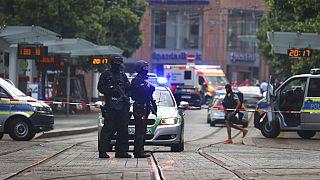 Polizisten sichern die Gegend um den Tatort nach einem Messerangriff in Würzburg, 25.06.2021