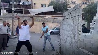 فلسطيني يهدم دكانه في القدس الشرقية