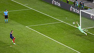 Yann Sommer hält den Elfmeter von Kilian Mbappé