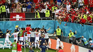 Οι Ελβετοί πανηγυρίζουν στο ματς με τη Γαλλία