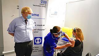 Başbakan Johnson aşı merkezinde