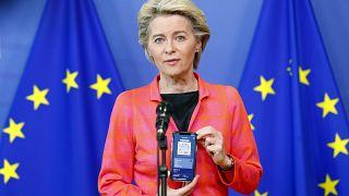 رئيسة المفوضية الأوروبية، أورسولا فون دير لاين، تقدم شهادة السفر الرقمية الجديدة لكوفيدـ19 في مقر المفوضية الأوروبية، في بروكسل، الأربعاء 16 يونيو 2021