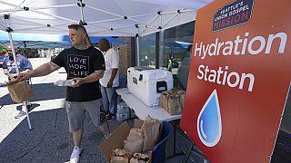 Em Seattle, as autoridades abriram à população edifícios públicos com ar condicionado. Na rua foram montadas estações de distribuição de água
