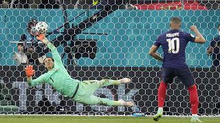 La gardien de but Yann Sommer suisse arrête le tir de Kylian Mbappé, lors des huitièmes de finale de l'Euro, le 28 juin 2021, Bucarest, Roumanie