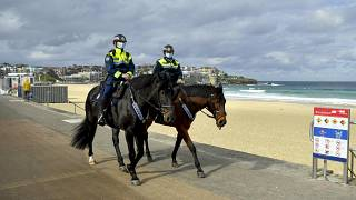 دورية للشرطة على طول شاطئ بوندي في سيدني.