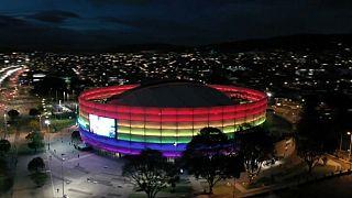 إضاءة ملعب موفيستار أرينا بألوان علم قوس قزح في بوغوتا- كولومبيا