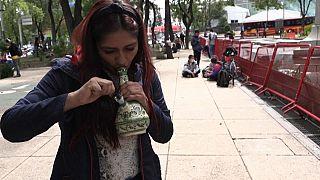 Lucía Polvo, psicóloga de 29 años, espera que la decisión del Tribunal levante el velo de la estigmatización hacia los consumidores. Ciudad de México, México.