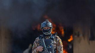یک سرباز عراقی در مقابل دود ناشی از انفجار