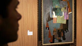 لوحة فنية للرسام بيكاسو معروضة في القصر الكبير في باريس. 2009/02/21