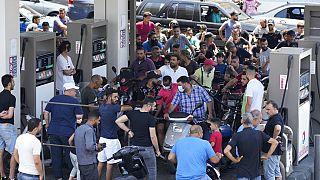 Motociclisti aspettano di fare benzina in una stazione di servizio a Beirut, Libano