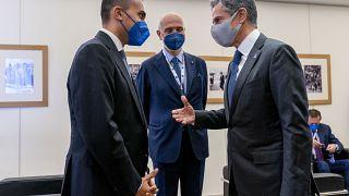 وزير الخارجية الأمريكي أنتوني بلينكين يتحدث مع وزير الخارجية الإيطالي، لويجي دي مايو، أثناء وصوله إلى اجتماع مجموعة العشرين في ماتيرا، إيطاليا، الثلاثاء 29 يونيو 2021