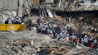 عملیات امداد و نجات در محل ریزش ساختمان در فلوریدا