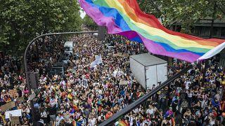 حشود خلال المسيرة السنوية للمثليين في باريس. 2021/06/26