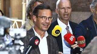 أولف كريسترسون (إلى اليسار)، زعيم حزب المحافظين السويدي يتحدث مع الصحفيين عند وصوله إلى البرلمان في ستوكهولم، السويد، 29 يونيو 2021