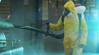 موظف في مركز الدولة الفيدرالي لعمليات الإنقاذ للمخاطر الخاصة لحالات الطوارئ يعقم قاعة بمحطة سكة حديد لينينغرادسكي في موسكو، روسيا، الخميس 24 يونيو 2021