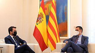 İspanya Başbakanı Pedro Sanchez (sağda) ile Katalonya lideri Pere Arragones (solda) arasında aftan sonra ilk görüşme