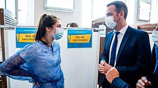 Krankenschwester und Gesundheitsminister Olivier Véran in einem Impfzentrum