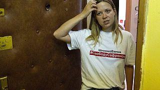 La journaliste Maria Zholobova se tient devant son appartement, après la perquisition des forces de l'ordre russe