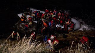 Ege Denizi üzerinden Yunanistan'a ulaşan Afgan göçmenler