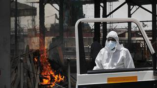 حرق جثة امرأة توفيت جراء كوفيد -19 في الهند