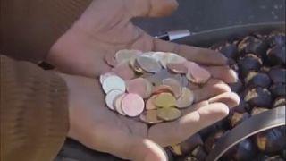 Un hombre intentando cambiar pesetas a euros este 30 de julio.