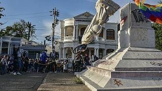 Kolombiya'nın Barranquilla kentinde göstericiler, Kristof Kolomb'un heykelini devrdi