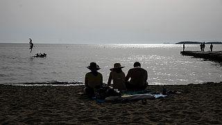 Λουόμενοι σε παραλία της Αττικής